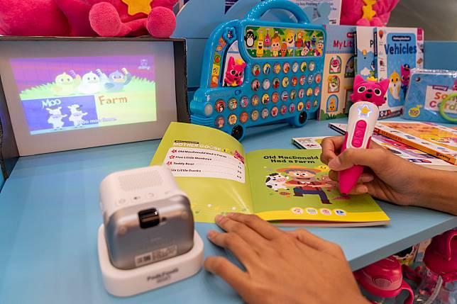 教學套裝亦可以另外配合投影機使用,它自己同時亦內置了900首PINKFONG英文歌。