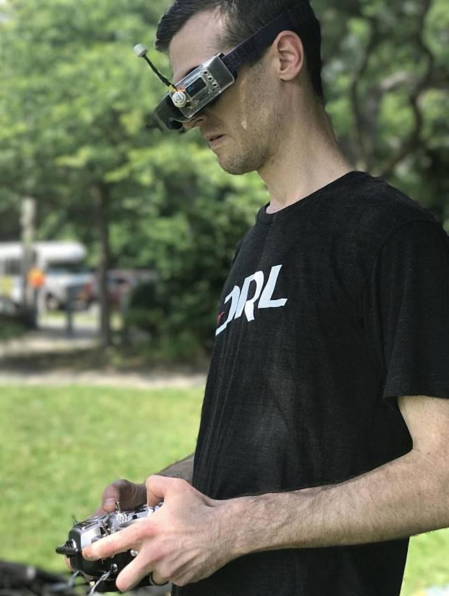 Ryan Gury saat mengendalikan sebuah drone. Foto oleh: Louise Matsakis