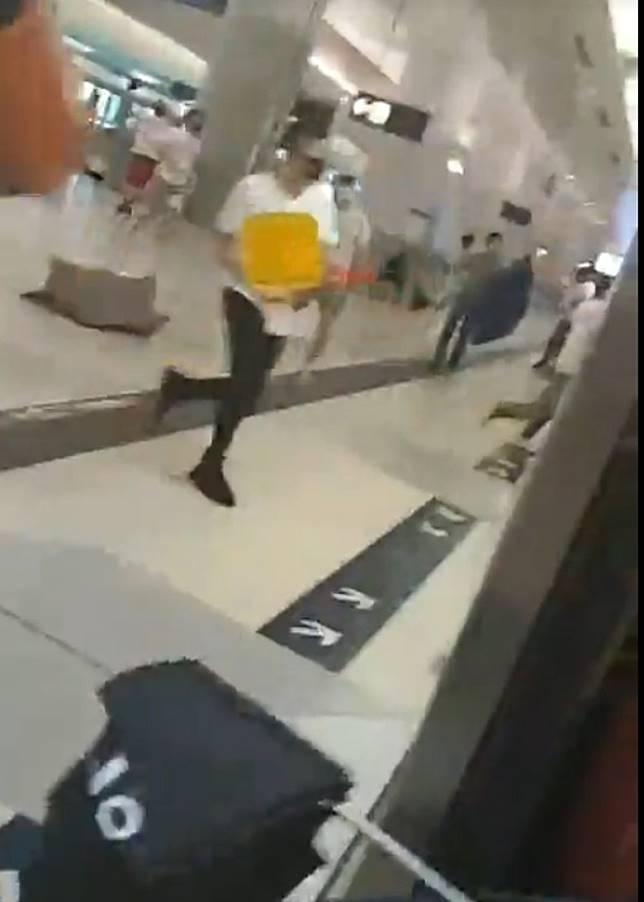 白衫人士追擊至月台。(互聯網)
