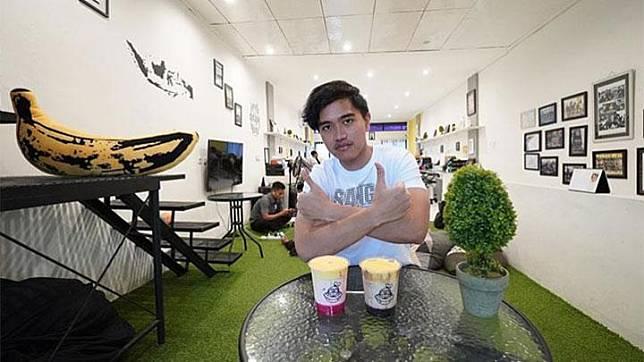 Putra bungsu Presiden Joko Widodo, Kaesang Pangarep berfoto di gerai yang menjual makanan ringan dan minuman berbahan pisang, Sang Pisang. Bisnis yang digagas Kaesang bersama Ansari Kadir telah memiliki lebih dari 70 cabang di Indonesia, bahkan telah ekspansi ke Kuala Lumpur, Malaysia. Instagram/@KaesangP