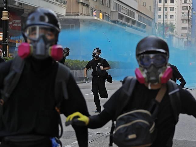 示威者近月上街抗議時蒙面,報道指香港警方擁有具人臉識別功能的人工智能軟件,但不清楚有無在近月的示威中使用。(美聯社資料圖片)