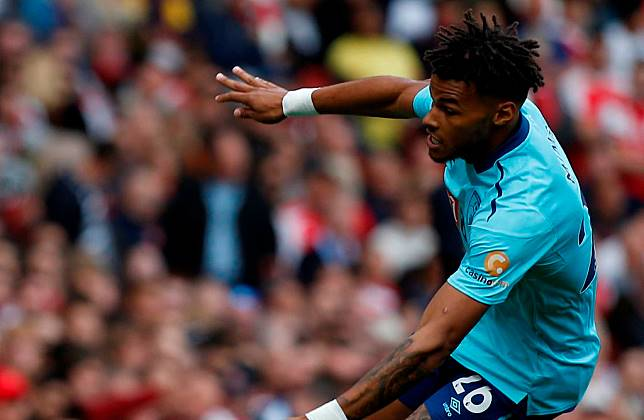 Injak Wajah Lawan, Bek Aston Villa Hanya Minta Maaf di Twitter