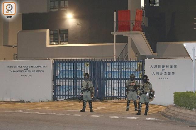防暴警在大埔警署外戒備。(余宏基攝)