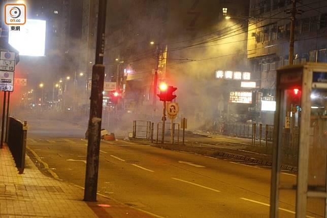 大馬路煙霧瀰漫。(何天成攝)