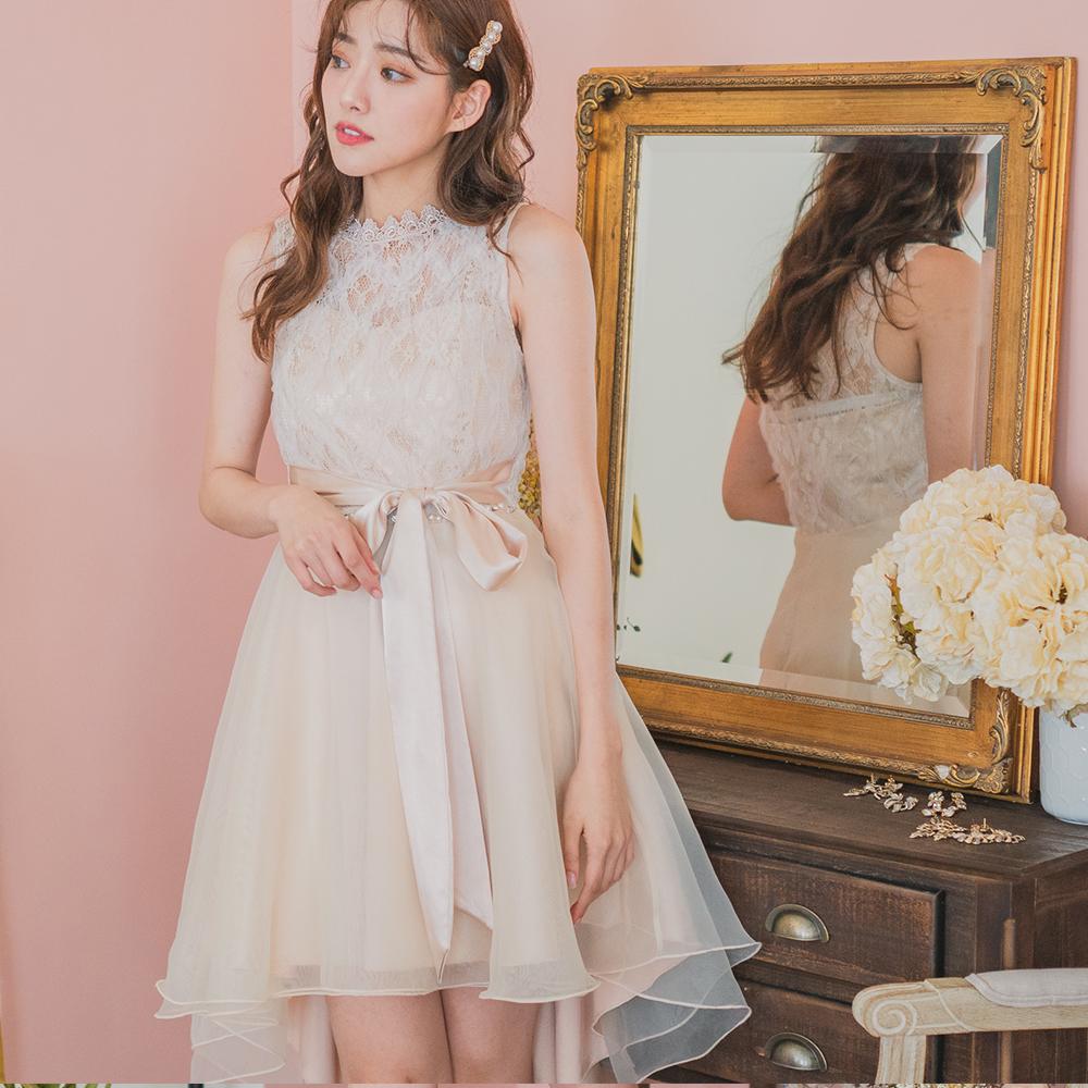 杏色無袖連身洋裝上身是甜美的桃心領結合透膚蕾絲下半身則是前短後長的多層次網紗裙襬搭配緞面的腰間綁帶讓洋裝更顯輕盈俏麗是適合很多場合穿著的小禮服也可以選做為伴娘服或婚禮洋裝