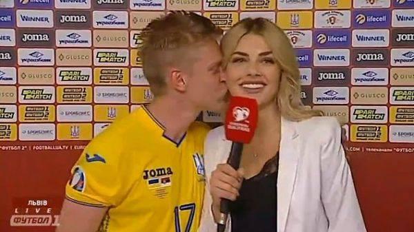 Oleksandr Zinchenko mencium reporter saat diwawancarai usai laga kualifikasi Piala Eropa melawan Portugal