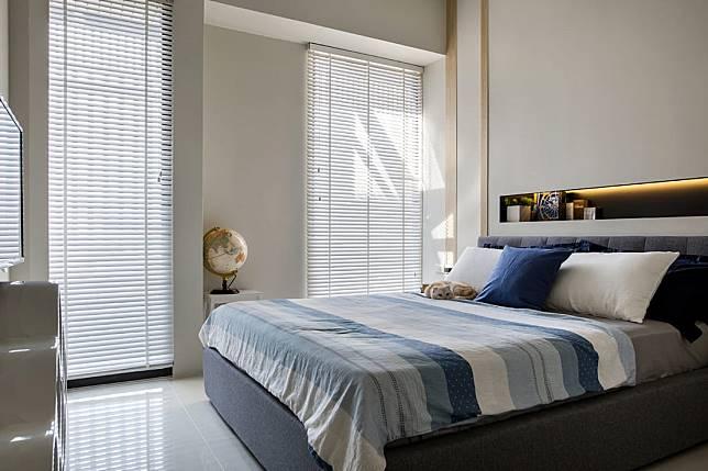 2. 顏色對比的床頭牆凹槽設計