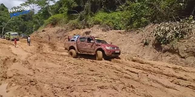 Mobil SUV jadi angkot di Papua (Youtube.com/ Teknologi Populer)