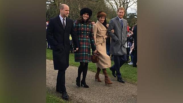 Dua pasangan kerajaan, Pangeran William dan istrinya Kate Middleton bersama Pangeran Harry dan tunangannya, Meghan Markle saat menghadiri perayaan Natal di Gereja St. Mary Magdalene, Sandringham, Inggris, 25 Desember 2017. justjared.com