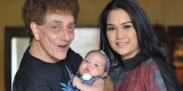 Ahmad Albar bersama istrinya Dewi dan sang putri (Foto: Instagram dewiye)