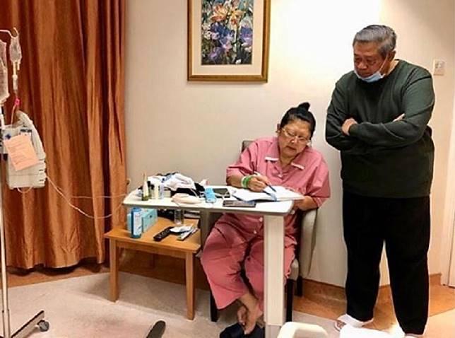 Istrinya Semakin Kurus Akibat Sulit Makan, Sifat Asli SBY Terungkap Saat Temani Ani Yudhoyono Jalan-jalan Di Kursi Roda