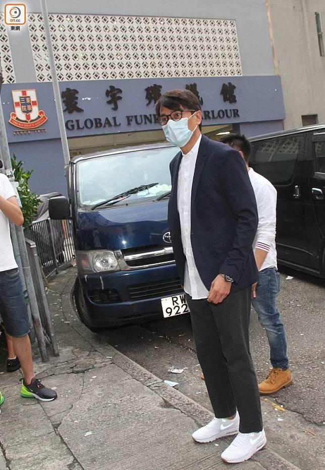 林家棟到場時戴上口罩。