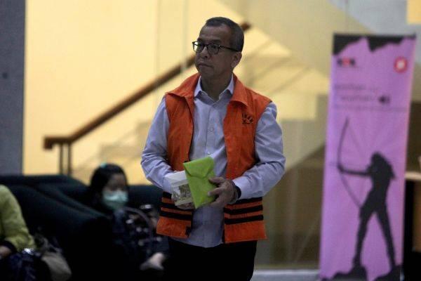 Mantan Direktur Utama PT Garuda Indonesia Emirsyah Satar berjalan keluar usai menjalani pemeriksaan di Gedung KPK, Jakarta, Rabu (4/12)