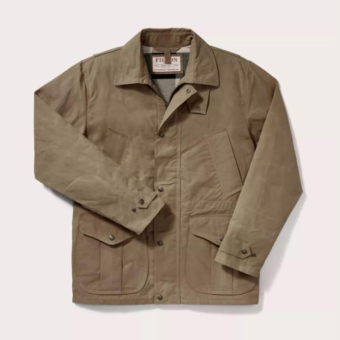 ◎7-oz. 100% cotton P200 Aero Finish ◎可內搭Filson liners ◎腰間抽繩 這件夾克非常適合當作多層次穿搭的最外層 採用乾式蠟布製成 7oz. 100% c