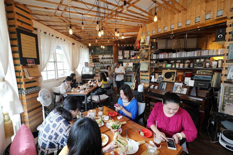柑仔店改裝而成的「水也上居」,以池上米為主要食材,製作米漢堡和米吐司。(圖/于魯光攝)