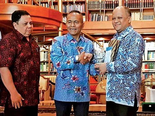 Ketua Umum PWI Pusat Atal S Depari (tengah) menyerahkan penghargaan kepada putra almarhum Presiden ke-3 RI BJ Habibie, Ilham Akbar Habibie.