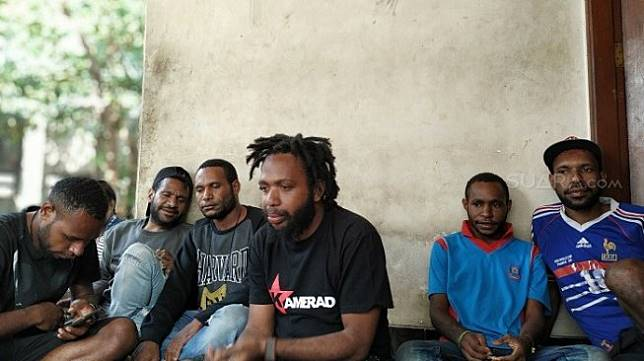 Albert Mungguar (tengah) mahasiswa Papua di Asrama Yahukimo Papua di Jaktim. (Suara.com/Yasir).