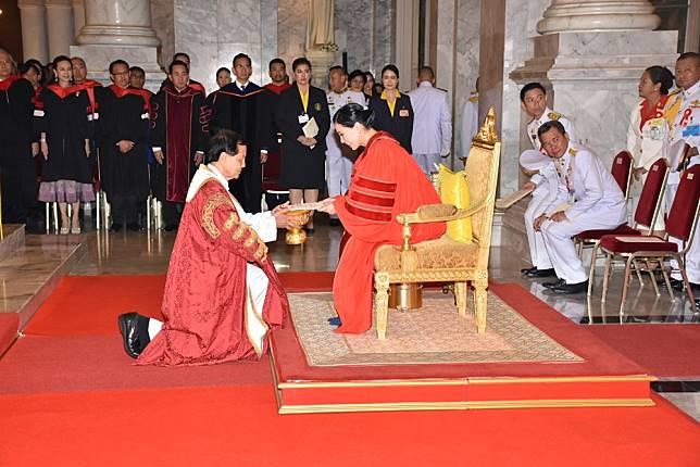 พระราชินีทรงรับการทูลเกล้าฯ ถวายปริญญาปรัชญาดุษฎีบัณฑิตกิตติมศักดิ์  ม.อัสสัมชัญ