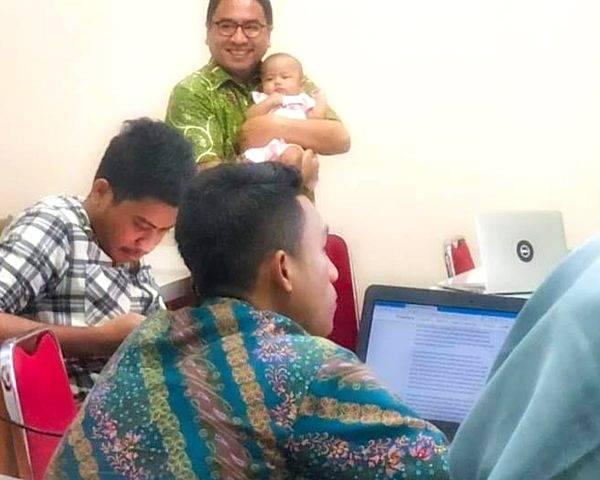 Kagetnya sang Dosen setelah Fotonya Gendong Bayi Mahasiswi jadi Viral
