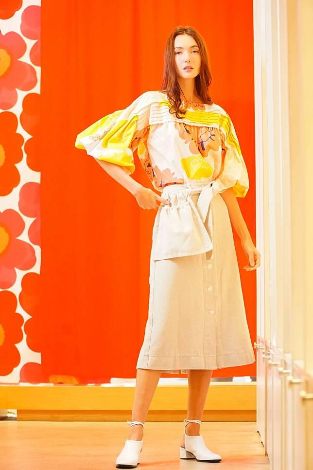 Marimekko Pioni Mukura粉色花卉圖案上衣、杏色半截長裙(莫文俊攝)