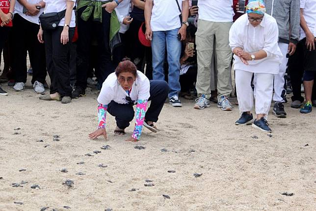 Maritime Affairs and Fisheries Minister Susi Pudjiastuti (left) and Foreign Minister Retno LP Marsudi (right) release turtle hatchlings as part of a conservation campaign on Kuta Beach during the Our Ocean Conference on Oct. 28, 2018.