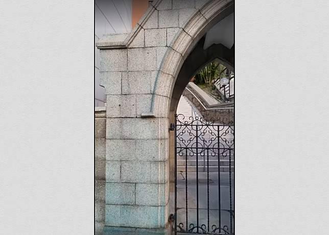 教堂外牆有藍色水劑殘留。(團體提供)