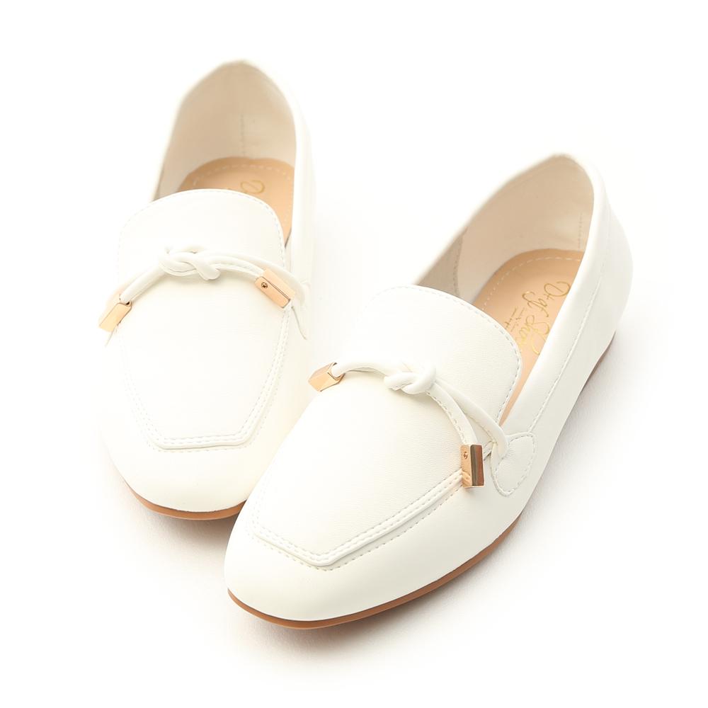 女孩們一定要入手的百搭樂福鞋 運用簡單的剪裁細膩打造俐落LOOK 搭配鞋面綁結設計增添層次感與變化 不但好穿好走,更是一年四季的百搭款 防滑耐磨橡膠鞋底,加強與地面的磨擦力 通勤上班、約會或逛街都非常