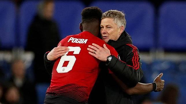 Ole Gunnar Solskjaer memeluk pemain Manchester United, Paul Pogba. Reuters