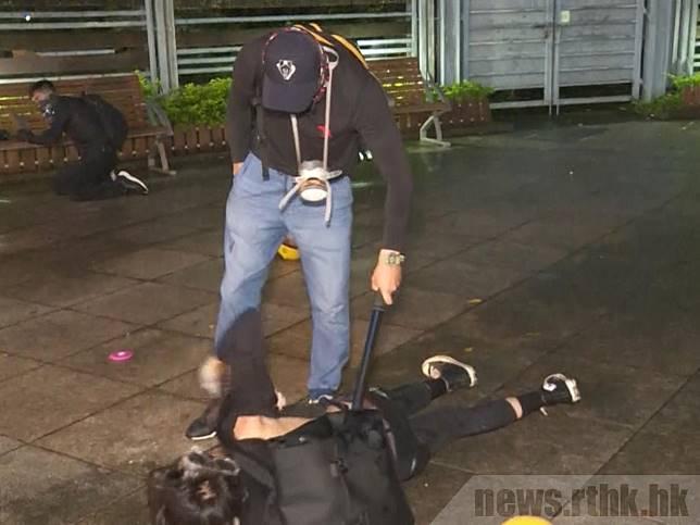 8月31日晚,有喬裝成示威者的警員在銅鑼灣維園行動。(港台圖片)