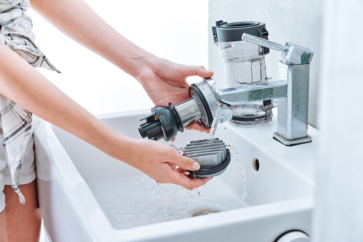 主機可層層拆卸將其中的 Vortex 金屬濾網和高效耐久濾網取下來水洗。