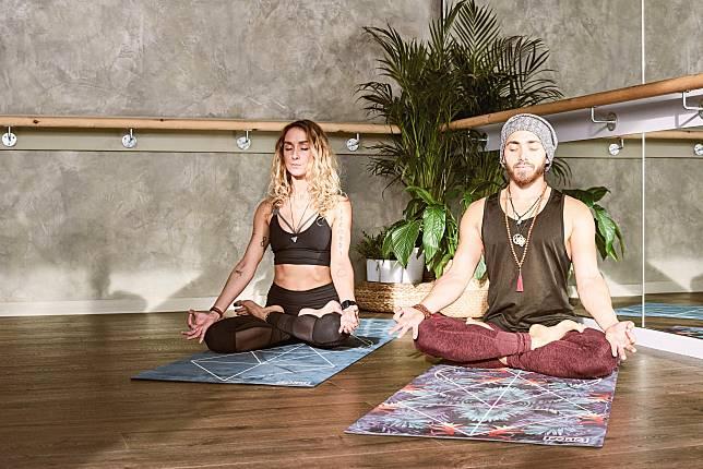 不少瑜伽練習者也會在冥想時運用腹式呼吸法,放鬆精神和肌肉。
