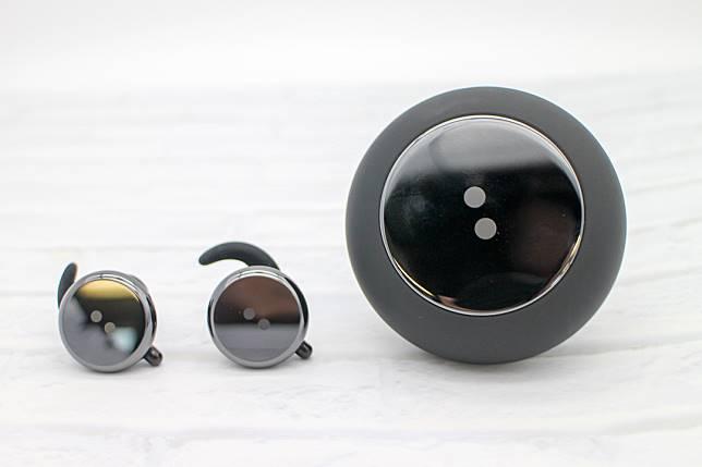 鈕扣設計令人耳目一新,黑色鏡面亦感覺時尚。