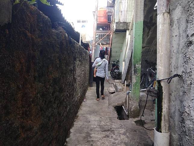 The alley that leads to the rented house of Tugini, who is registered as the owner of a Mercedes-Benz S400 with tax debts in Pasar Manggis subdistrict, South Jakarta, Saturday, December 7, 2019. TEMPO/M Yusuf Manurung