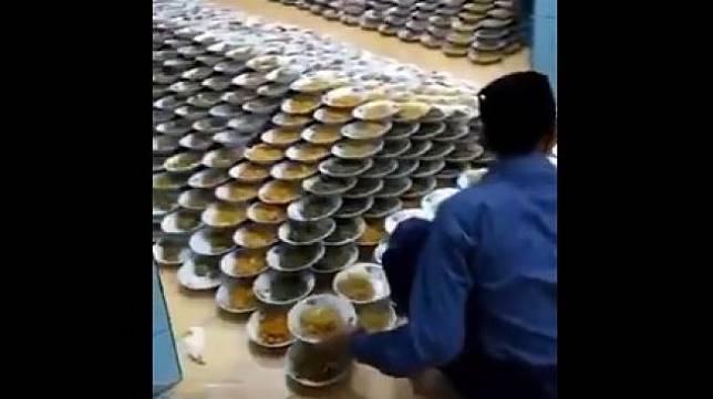Santri Susun Piring dengan Kecepatan Tinggi, Videonya Viral. (twitter.com/kurangturu_)