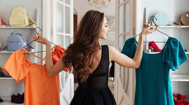 Ilustrasi mengenakan baju yang baru dibeli. (Shutterstock)
