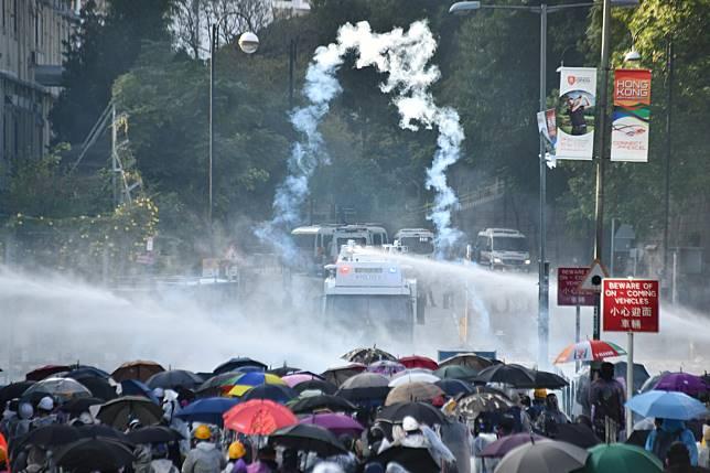 黑衣人與警方在理工大學對出的漆咸道南對峙至今約7小時。