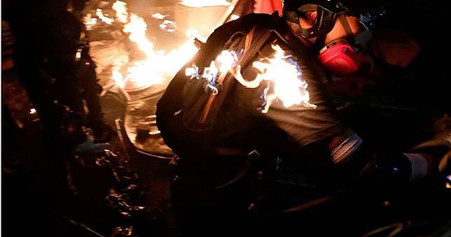 港警中大校園「水砲車清場」!示威者丟汽油彈 傳學生頭部中彈
