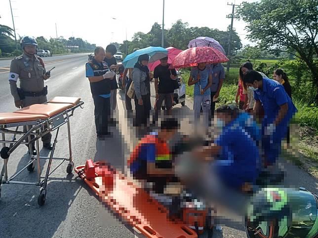 เด็กชายวัย 5 ขวบ เดินจูงมือมากับพ่อกับแม่แท้ๆ แต่ถูกรถจักรยานยนต์ชนเสียชีวิตบนไหล่ทาง