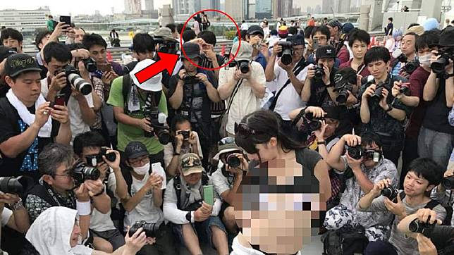 後方一名男子雙手當相機,拍攝前方模特兒。圖/翻攝自爆廢公社臉書