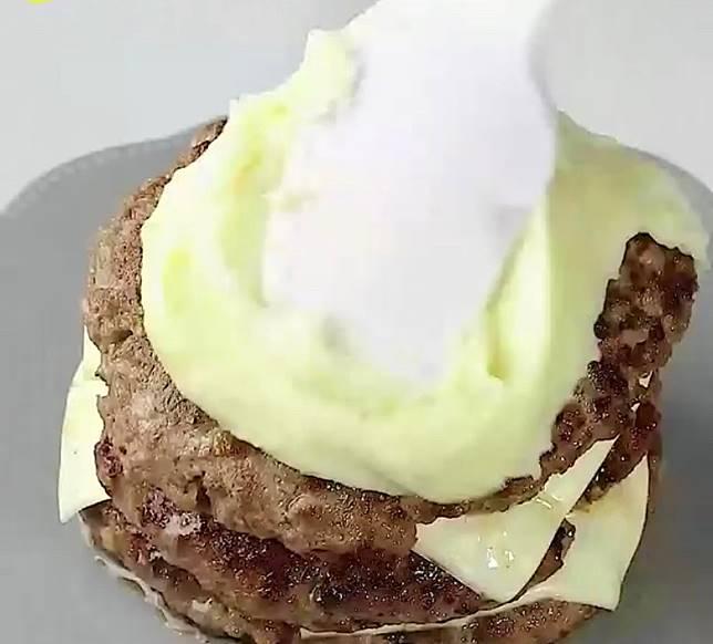 在漢堡扒外層塗上薯蓉。(互聯網)