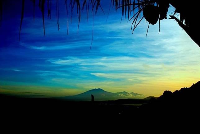 Gunung Merapi terlihat saat sunrise di Dusun Gambarsari, Desa Jurangjero, Kecamatan Ngawen, Kabupaten Gunung Kidul, DIY, Jumat (27/12).