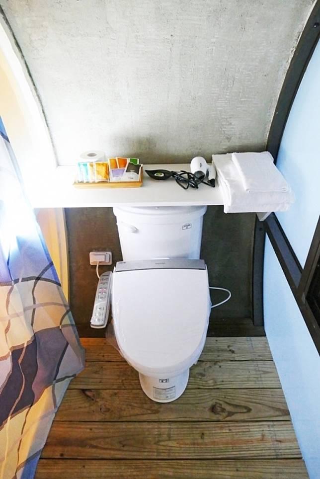 在馬桶正前方,還設置了沖涼設施,不用外出沐浴。(互聯網)