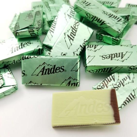 「我愛你,也要跟你保持點距離,我希望談一場不熟的戀愛。」 #Andes 安迪士 #薄荷巧克力 ,就是大家俗稱的 #瑞士巧克力 ,兩層的薄荷巧克力中間夾著牛奶巧克力,一入口淡淡的#薄荷 清香,不會搶走