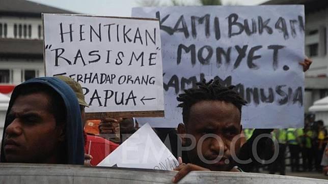 Mahasiswa asal Papua melakukan aksi unjuk rasa di Bandung, Jawa Barat, Senin, 19 Agustus 2019. Mereka mengecam tindakan represif dan penangkapan aktivis serta mahasiswa Papua di Jawa Timur dan Jawa Tengah, serta pelarangan diskusi terkait New York Agreement atau pemindahan kekuasaan Papua dari Belanda ke Indonesia tahun 1962. TEMPO/Prima Mulia