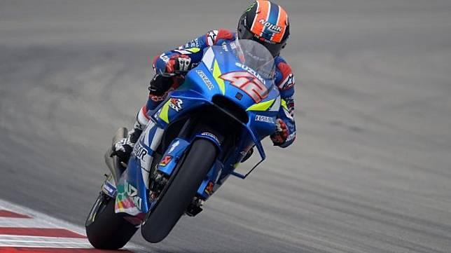 Pebalap Suzuki, Alex Rins, menjalani sesi latihan pertama MotoGP Catalunya di Sirkuit Barcelona, Jumat (14/6/2019). [AFP/Lluis Gene]