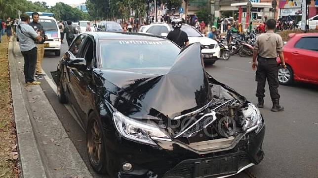 Salah satu mobil sedan yang menjadi korban tabrakan beruntun yang melibatkan 5 kendaraan, yang terjadi di jalan Raya Boulevard Bintaro Jaya, Jumat 6 September 2019. TEMPO/Muhammad Kurnianto.