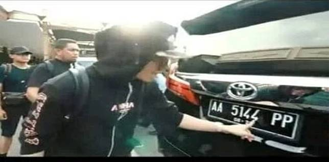 Atta Halilintar menunjuk pelat nomor Toyota Alpard miliknya