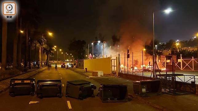 示威者在科學園路用雜物堵路及縱火。(朱先儒攝)