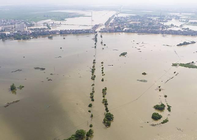 ทำนบกั้นน้ำแตกรั่ว น้ำทะลักเข้าท่วมเจียงซี จนท.เร่งย้ายชาวบ้านออกจากพื้นที่