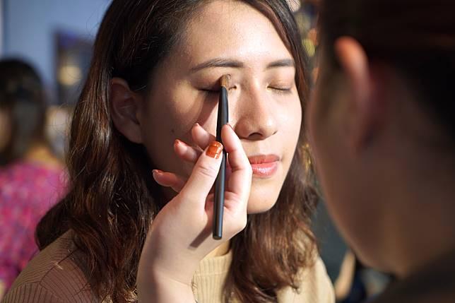 左上角的淺色眼影就可以慢慢掃在眼皮上,逐少增加光澤感。